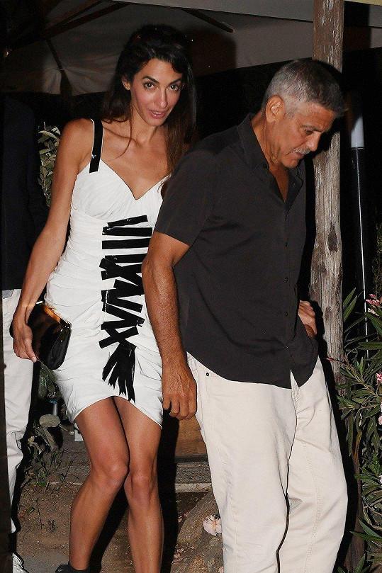 George Clooney tráví s celou rodinou léto na Sardinii.