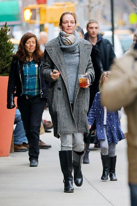 Herečka Uma Thurman během své páteční procházky New Yorkem.