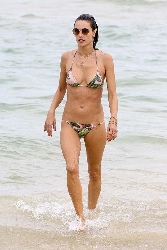 Alessandra má stále sexy figuru.