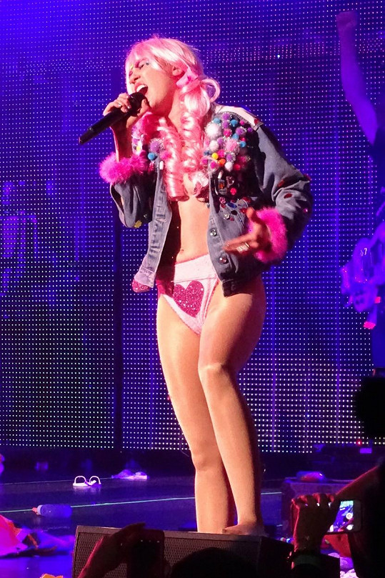 Skutečná Miley Cyrus je mistryní odvážných převleků.