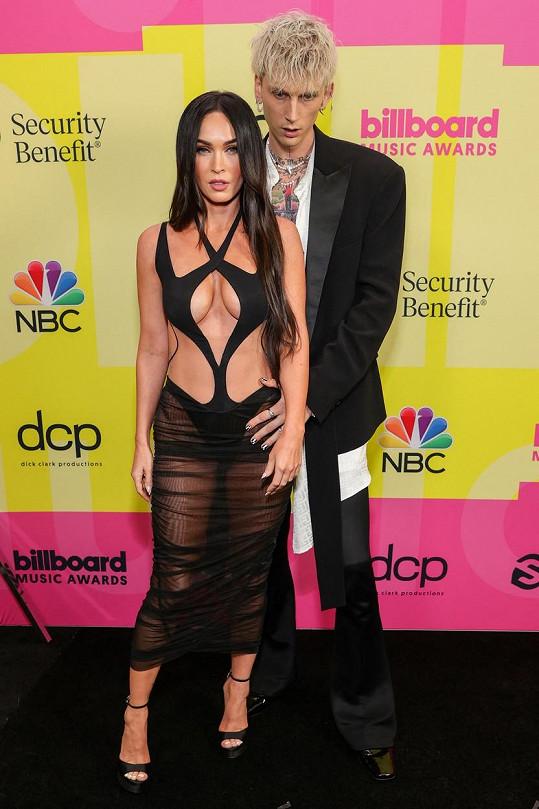 Megan Fox a Machine Gun Kelly vzbudili na udílení BBMA rozruch.
