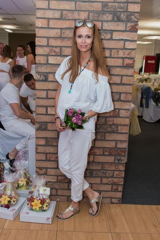 Lenka Šóošová byla ozdobou narozeninového večírku.