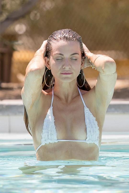 Rachel McCord vzbudila rozruch u hotelového bazénu.