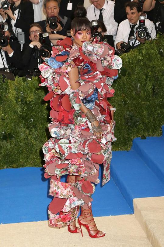 Konceptuální róbu, tvořenou sochařskou extravagancí složenou z okvětních lístků z kousků látky, zdobila popová diva Rihanny šperky a sandály s vysokým šněrováním. Rihanna dala růžové nový rozměr.