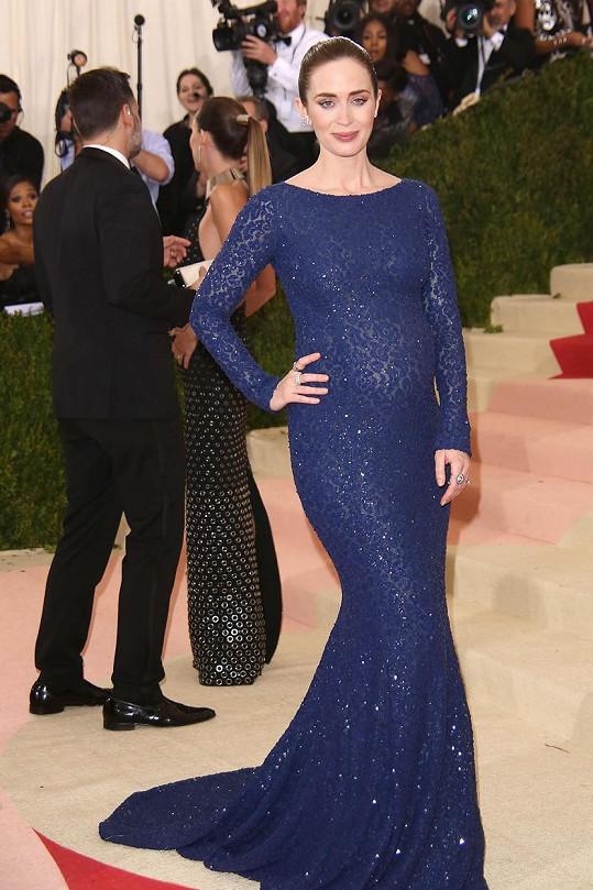 Takhle Emily vypadala měsíc před porodem na Met Gala v New Yorku