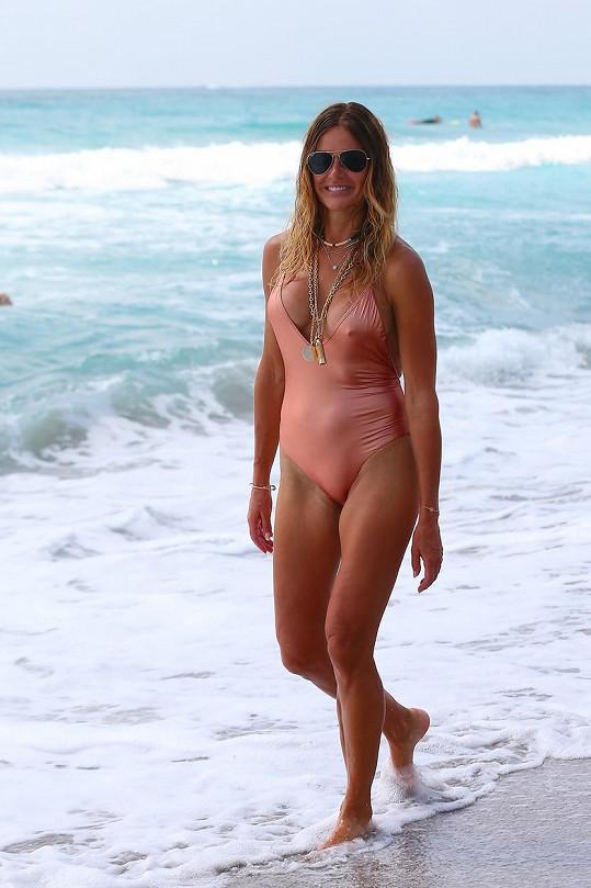 Kelly fotila na pláži.