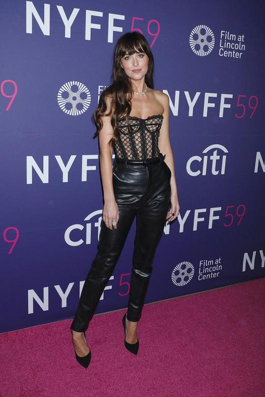 Na premiéře filmu The Lost Daughter měla Dakota Johnson jednoznačně nejodvážnější model.