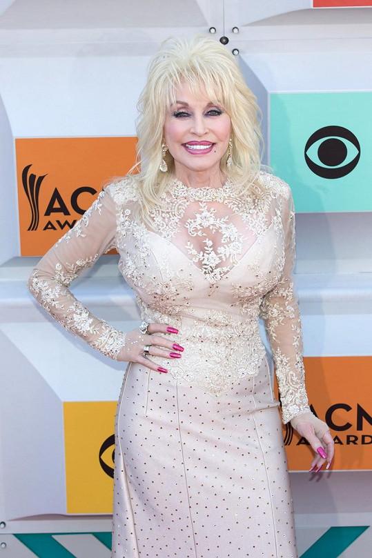 Na afterpárty Dolly vyměnila pestrobarevný plášť za decentnější šaty.