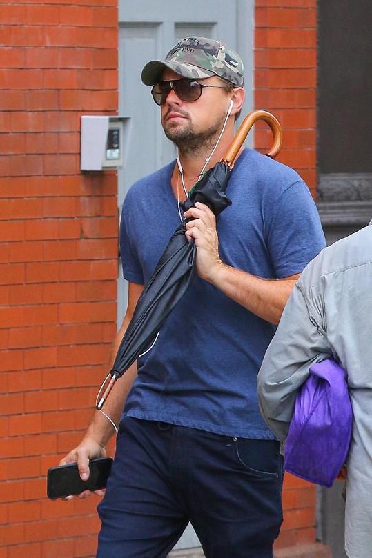 První den, když si všiml fotografů, snažil se část hrudního koše, o níž je řeč, zakrýt deštníkem.