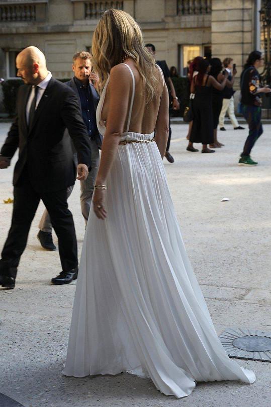 Herečka ukázala, že ve svém věku stále může nosit šaty s holými zády