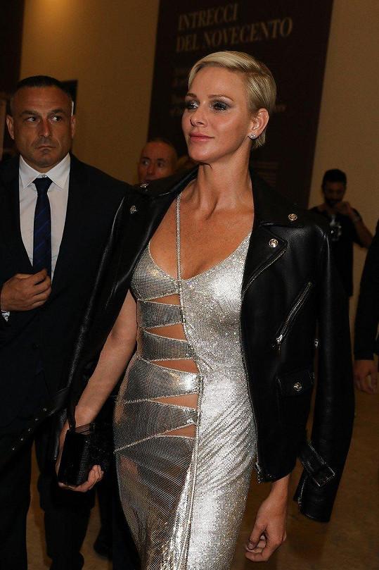 Zvolila stříbrné šaty, černý křivák a metalické líčení.
