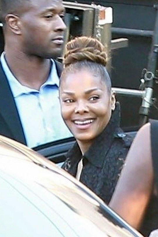 I Janet se přišla rozloučit s otcem.