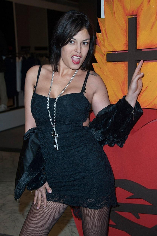 Sara Tommasi dříve hrála v lechtivých filmech.