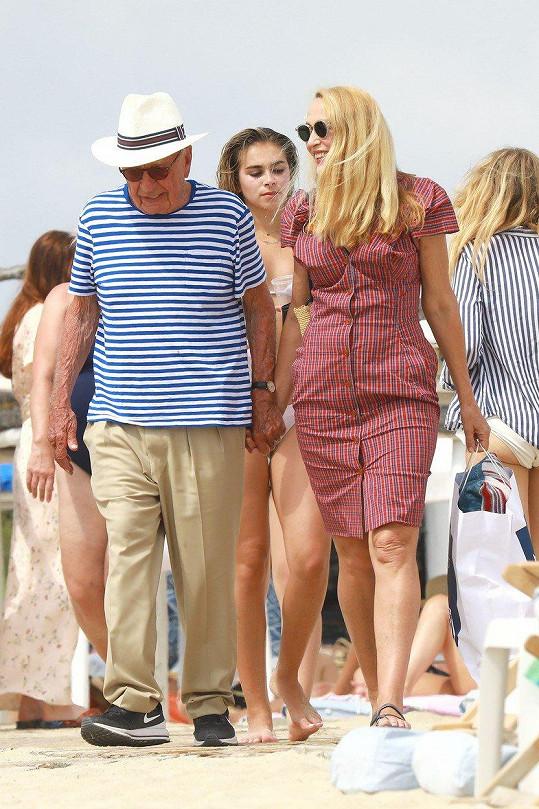 Pár v Saint-Tropez zářil štěstím.
