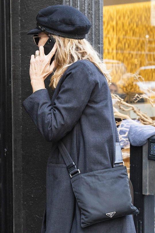 Prsteníček její levé ruky je ozdobený zlatými kroužky.