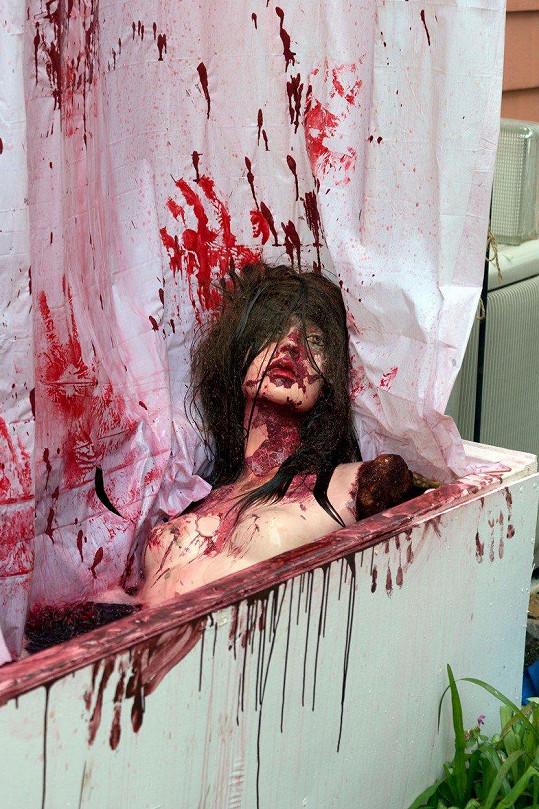 Dekorace dívky v krvavé lázni vypadá opravdu morbidně.