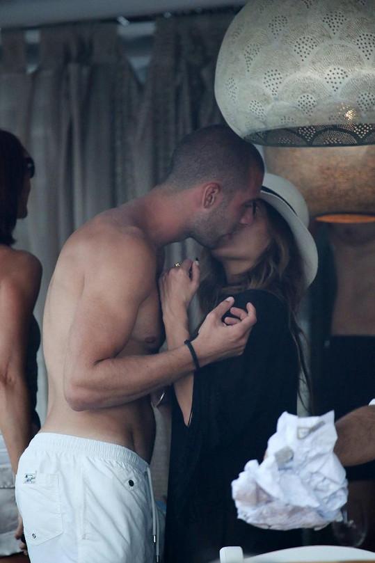 Fotografové ji přistihli, jak se líbá s fotbalistou Pajtimem Kasamim.