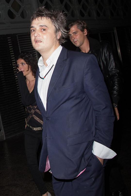 Pete Doherty navštívil přehlídku Saint Laurent v Paříži.