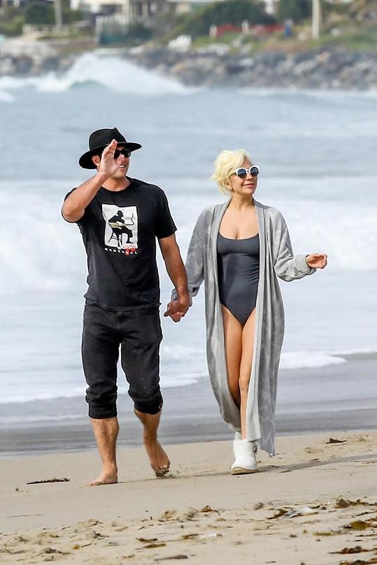 Lady Gaga se procházela po pláži se svým snoubencem.