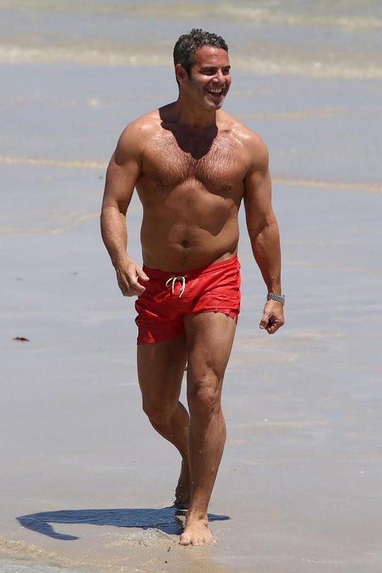 Známý americký moderátor byl na pláži za hvězdu.