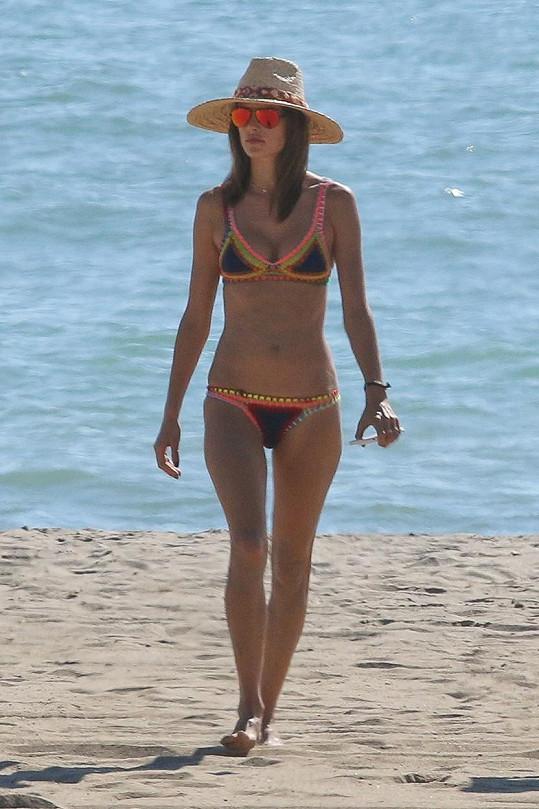 Alessandra Ambrosio si užívá chvilek volna na pláži v Malibu.