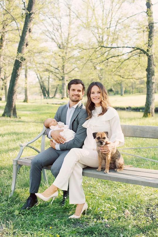 Novopečení rodiče princ Karel Filip se Sofiou, jejich synem Alexandrem a fenkou Siri.