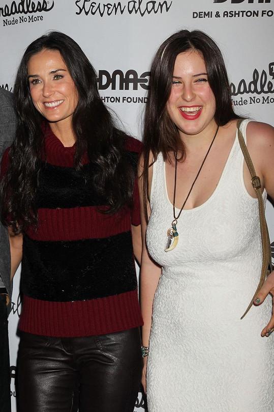 S maminkou Demi Moore na akci Real Men Don't Buy Girls v roce 2011