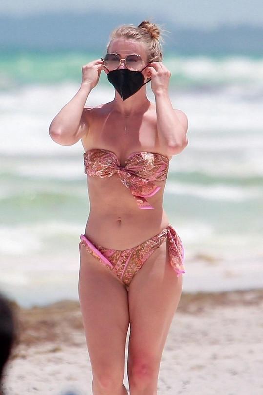 Na mexické pláži musela mít zakrytá ústa.