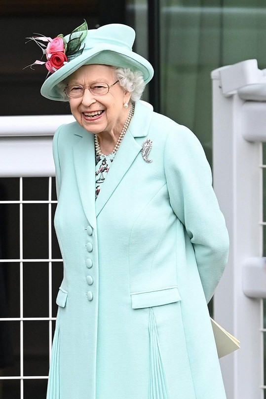 Na letošních dostizích v Ascotu zářila ve světle tyrkysovém kabátku..