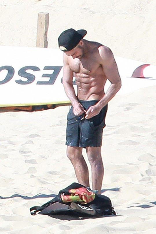 Zac Efron vystavil své dokonalé svaly na pláži v Mexiku.