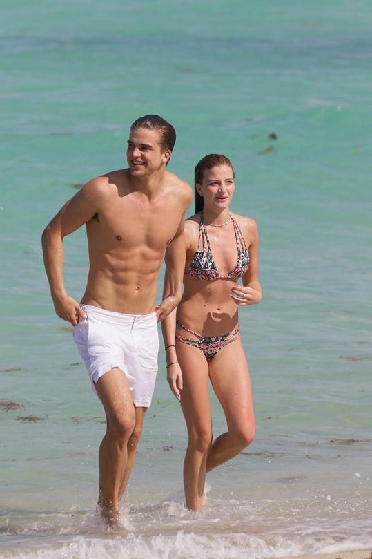 Dnes je spokojený s modelkou Nicole Banner.