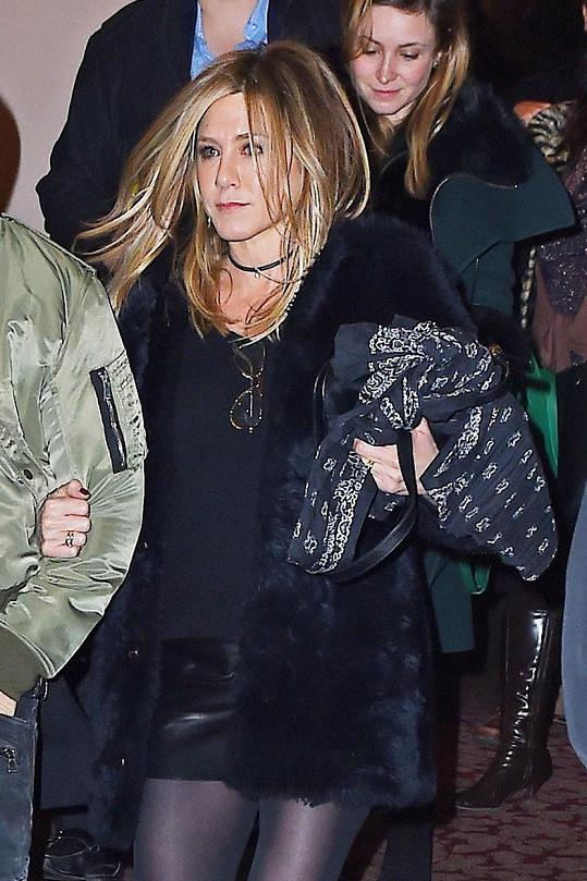 Narozeninová Jennifer v sukýnce předvedla štíhlé pevné nohy.
