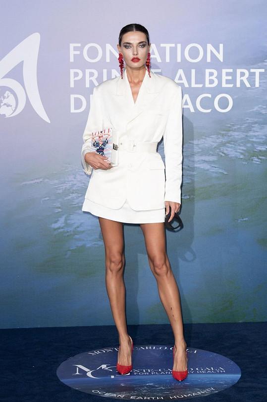 Ukrajinská modelka Alina Baikova předvedla své dlouhé štíhlé nohy.