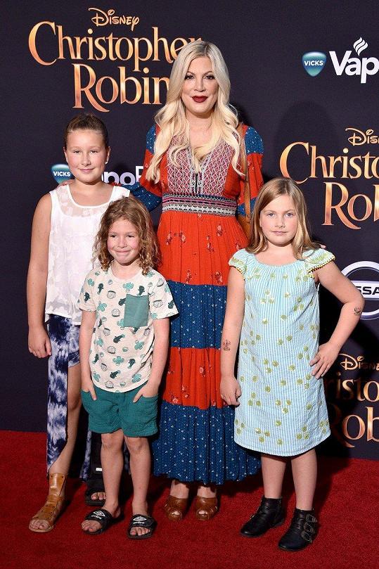 Herečka vzala do kina tři ze svých dětí.