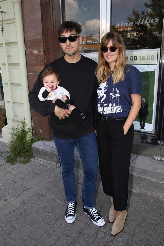 Zpěvačka s partnerem a dcerou na tiskovce k novému filmu.