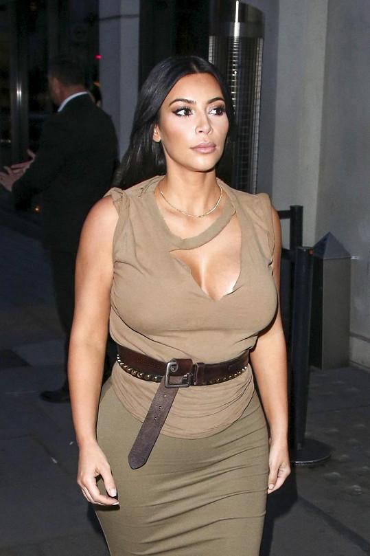Kardashian je naopak vzorem ženskosti a smyslnosti.