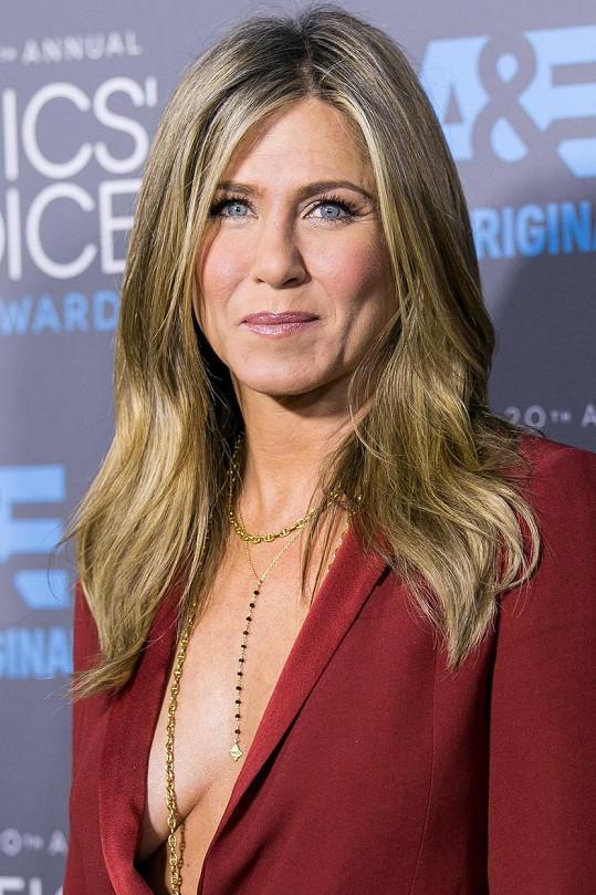 Jennifer Aniston podprsenky moc ráda nemá.