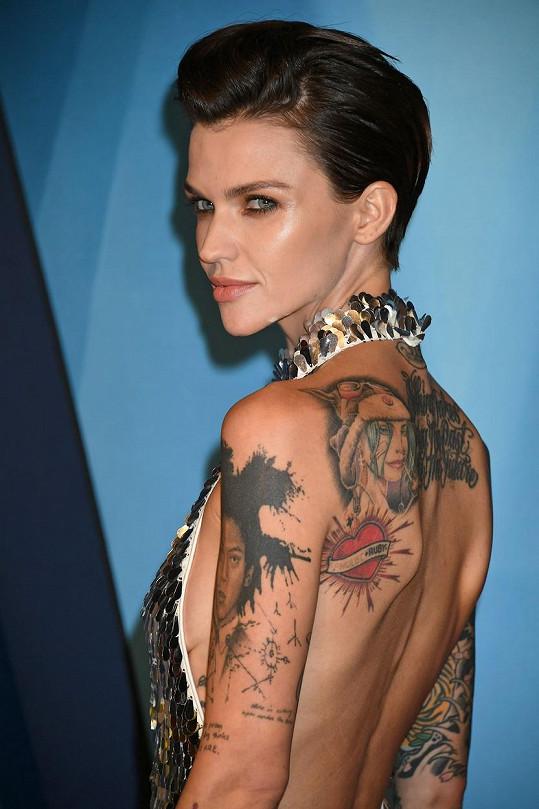 Herečka a bývalá modelka má tělo pokryté mnoha tetováními.