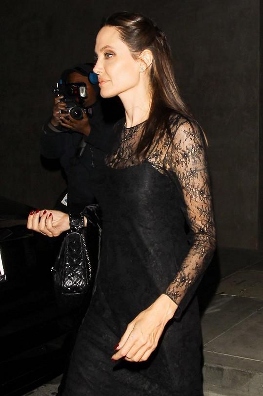 Angelina Jolie s vizáží paní temnot vypadala neskutečně elegantně.