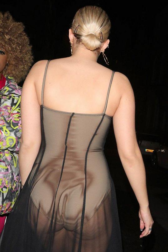 Oblékla průsvitné šaty.