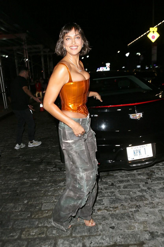 Sexy vršek doplnila širokými kalhotami.
