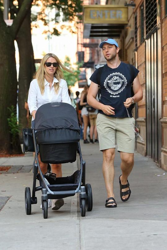 Takhle se Nicky po New Yorku procházela v létě pro změnu s kamarádem, spisovatelem Derekem Blasbergem.