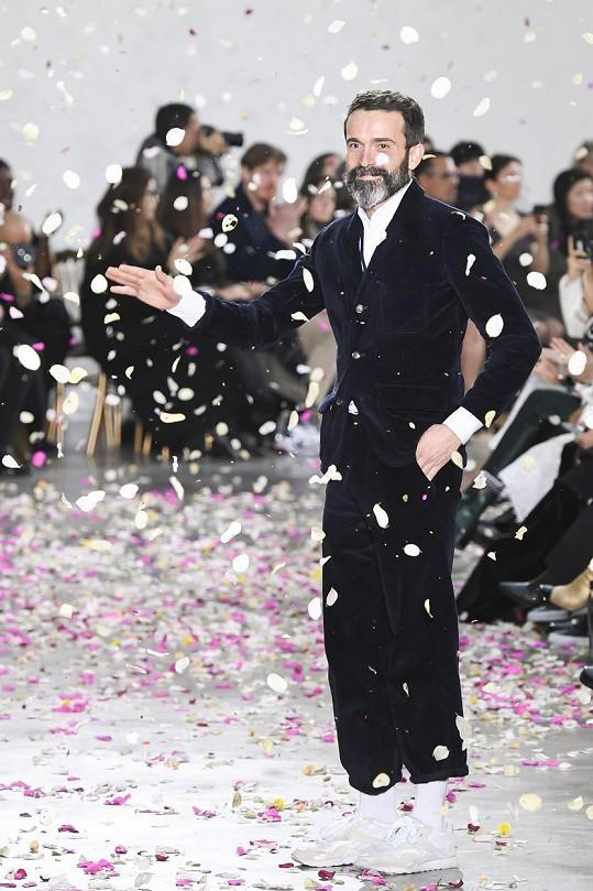 Kreativním ředitelem módního domu Schiaparelli je Američan Daniel Roseberry od dubna 2019.