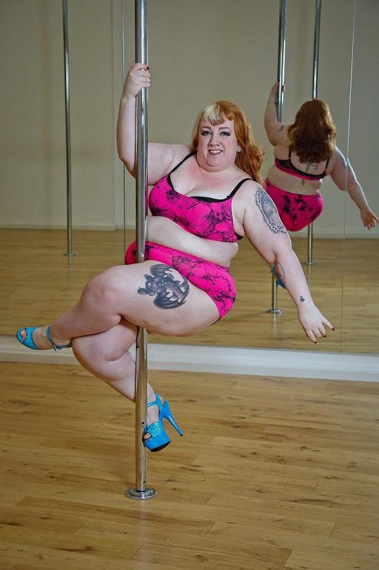 Laura Moore si oblíbila tanec u tyče.
