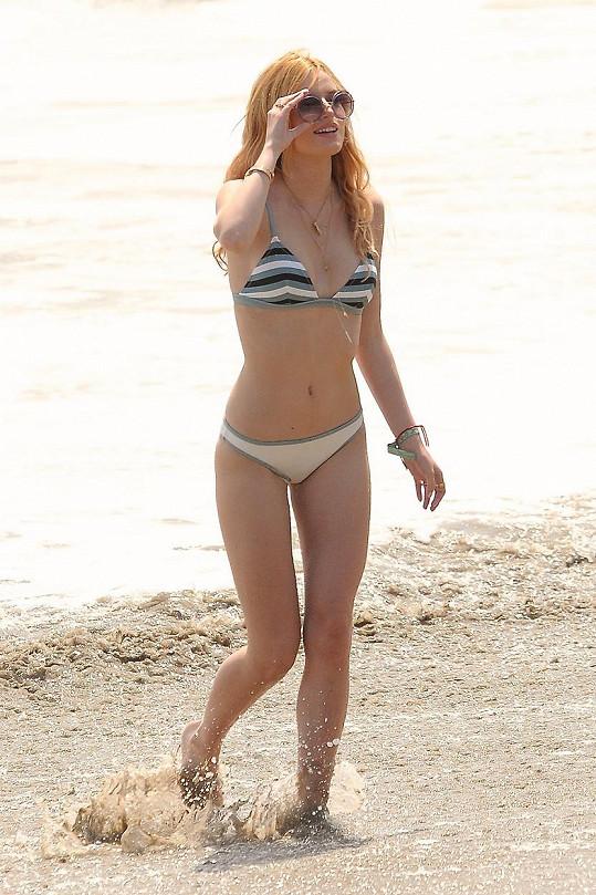 Útlá herečka v Malibu nafotila pár bikinovek.