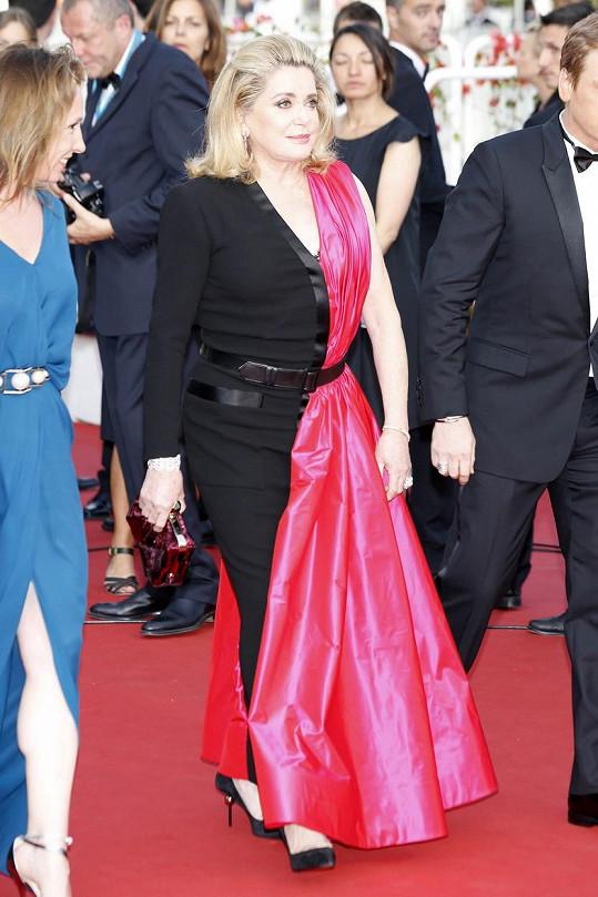 Catherine Deneuve a její velice netradiční pojetí večerních šatů