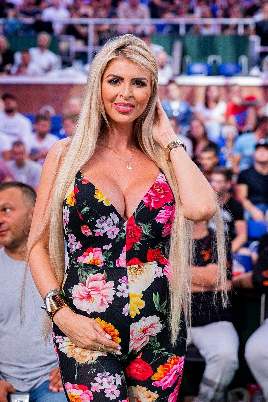 Prsaté blondýnce těhotenství prospívá.