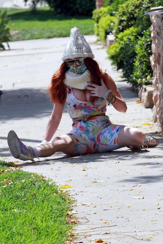 Phoebe Price cvičila na veřejnosti s obručí.