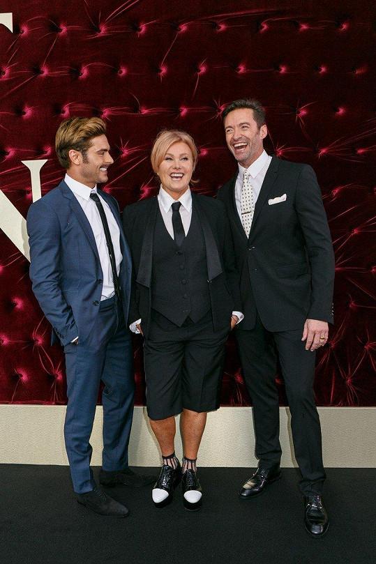 Hugh Jackman s manželkou Deborrou-Lee Furness a kolegou Zacem Efronem v Sydney na uvedení filmu Největší showman. Furness zvolila originální komplet košile, vesty, saka a kalhot ve své oblíbené délce...
