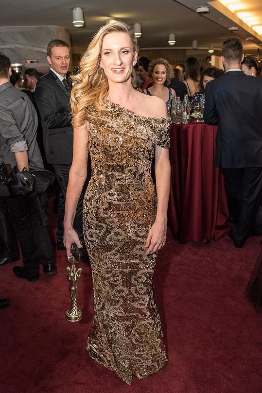 Banášová na moderování oblékla zlaté šaty.